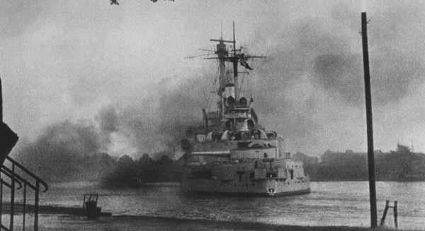 Pancernik Schleswig-Holstein podczas ostrzału Westerplatte