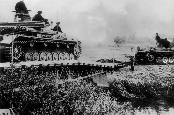 Niemieckie oddziały przekraczające rzekę