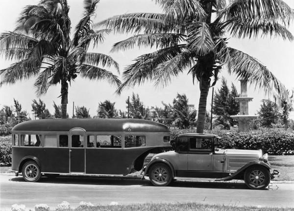 Aerocar z 1929 roku sfotografowany gdzieś na Florydzie. Do holowania wykorzystano samochód Hudson Coupe