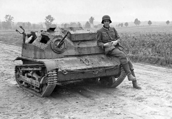 Niemiecki żołnierz przy zniszczonej tankietce TK-3