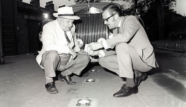 Percy Shaw i Alan Whicker oglądający wynalazek Shawa