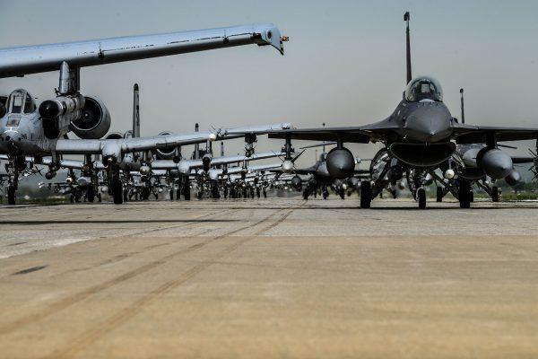 Samoloty A-10 Thunderbolt II i F-16 Fighting Falcon w bazie Osan Air Base w Korei Południowej (fot. USAF)