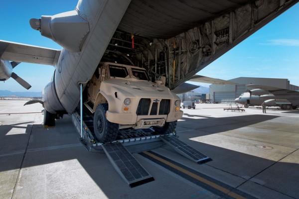L-ATV podczas wyładunku z Herculesa (fot. Oshkosh Defence)
