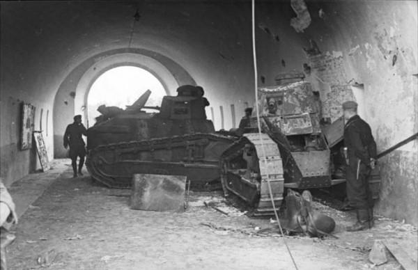 Zniszczone czołgi FT-17. Ich wartość bojowa była zerowa