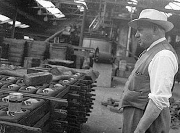 Percy Shaw w zakładach produkujących kocie oczy