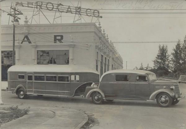 Curtiss Aerocar z 1938 roku, zbudowany w Los Angeles przez Standard Carriage Works dla Coral Gables FL. Ciężarówka Chevroleta wykorzystywana do holowania przyczepy powstała na specjalne zamówienie