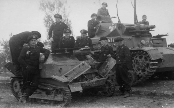 Niemiecki czołg PzKpfw IV obok zdobytej polskiej tankietki TKS