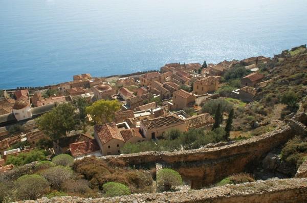 Widok na dolne miasto i schody łączące nigdyś górne i dolne miasto (fot. monemvasia.gr)