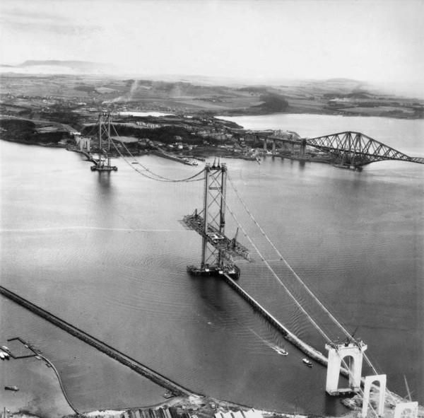 Forth Road Bridge podczas budowy w latach 60. XX wieku