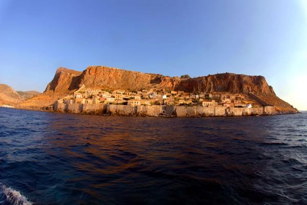 Monemwasia - widok od wody na dolne miasto (fot. monemvasia.gr)