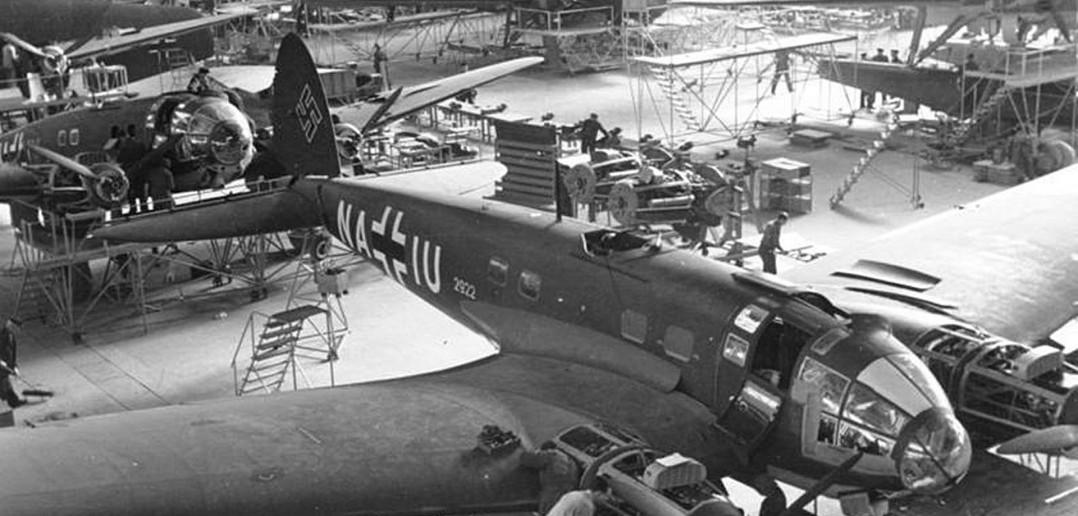 Hala produkcyjna zakładów Heinkla w 1939 roku. Na pierwszym planie bombowce He 111, w tle widać wodnosamoloty He 115