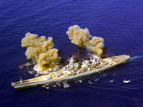 USS Iowa podczas salwy burtowej - w latach 90. stan okrętów nie pozwalał już na tak efektowne prowadzenie ognia (siła odrzutu mogła doprowadzić do pęknięcia kadłuba)