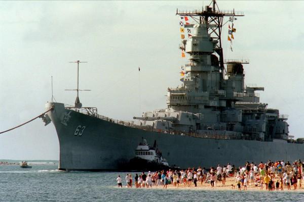 USS Missouri wpływa do Pearl Harbor na Hawajach 22 czerwca 1998 roku