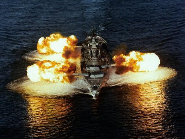 USS New Jersey oddający salwę z wszystkich dział 406 mm na raz