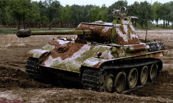 Niemiecki czołg PzKpfw V Panther z celownikiem notktowizyjnym (fot. World War Colorisation)