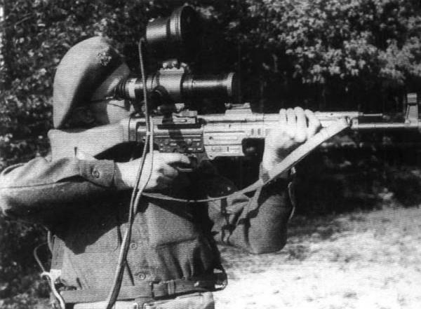 Brytyjski żołnierz testujący celownik ZG 1229 Vampir