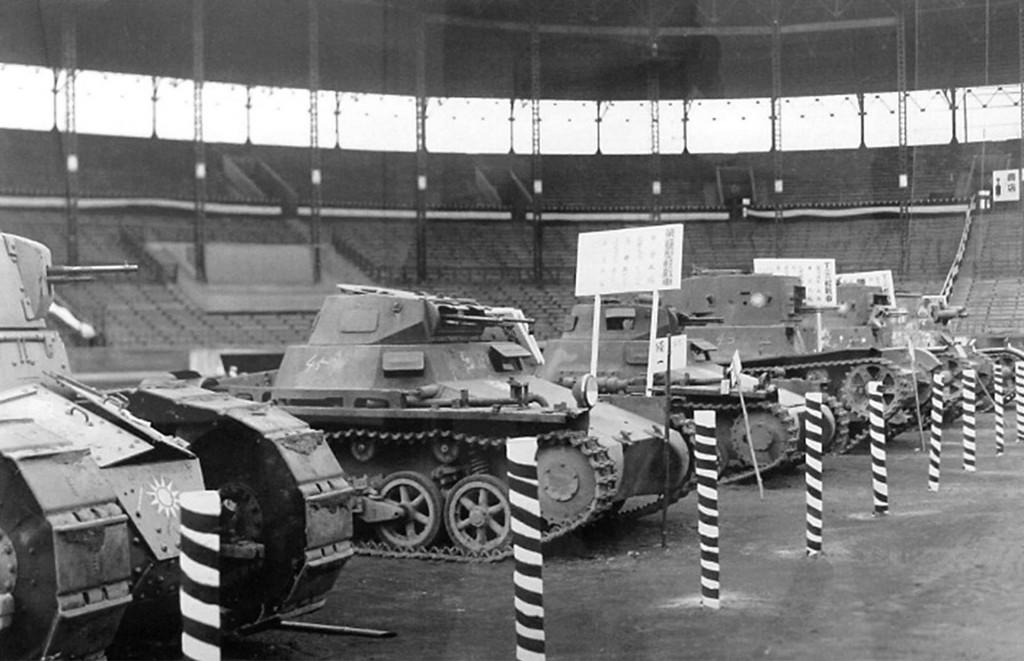 Zdobyte przez Japończyków chińskie czołgi FT-17 z czasów I wojny światowej, PzKpfw I Ausf. A, T-26 i Vickers 6-ton Type B na stadionie Hanshin Koshien w Nishinomiya w Japonii w lutym 1939 roku.