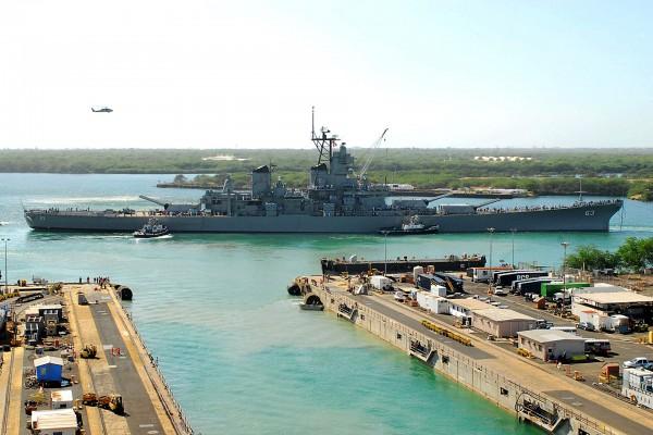 USS Missouri w Pearl Harbor w 2010 roku w czasie powrotu na wyspę Ford po remoncie