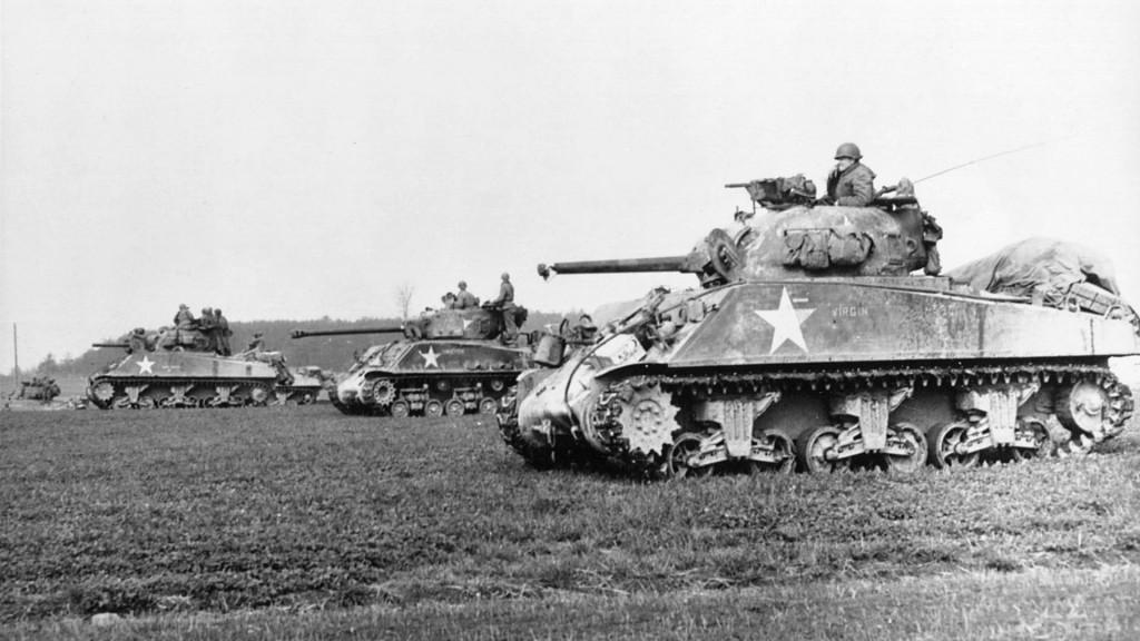 Shermany uzbrojone w armaty 75 mm i 76 mm (wóz w środku). Od 1944 roku amerykanie mieszali oba typy czołgów w oddziałach pancernych