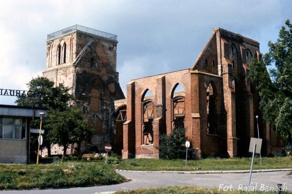 Ruiny kościoła Św. Mikołaja na Wyspie Wolin w 1988 roku. Obecnie odbudowany (fot. Rafał Banach)