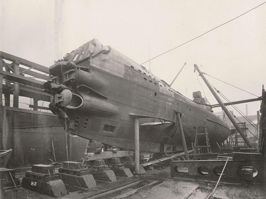 U110 w całej okazałości - widać uszkodzenia dziobu spowodowane zapewne staranowaniem (fot. Tyne & Wear Archives & Museums)