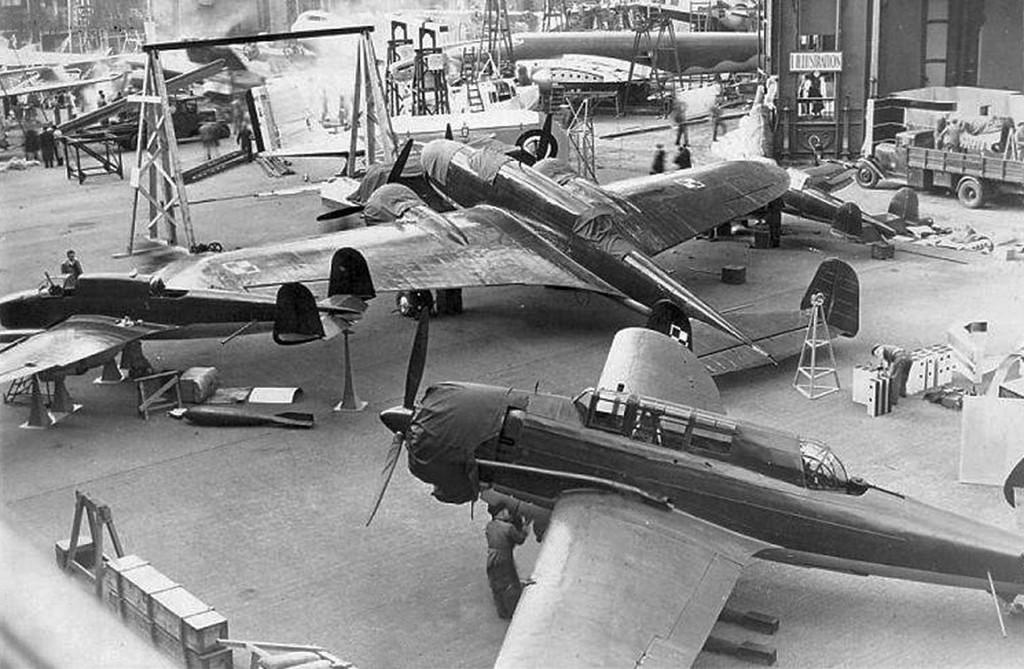 Polskie samoloty PZL-37 Łoś, PZL P.38 Wilk i PZL.46 Sum na XVI Salonie Lotniczym w Paryżu, zorganizowanym w dniach 25 XI - 11 XII 1938 roku.