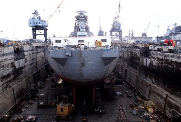 USS New Jersey w trakcie remontu w suchym doku