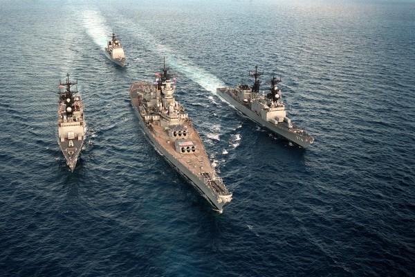 Niszczyciele USS Deyo i USS Compe de Grasse a pomiędzy nimi USS Iowa. Z tyłu widać krążownik rakiety USS Yorktown