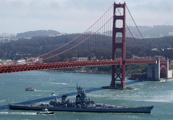 USS Iowa przepływająca pod mostem Golden Gate w drodze do San Pedro