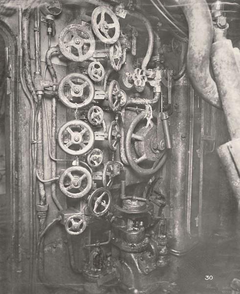 Przedział dowodzenia - widok na zawory ciśnienia powietrza i temperatury (fot. Tyne & Wear Archives & Museums)