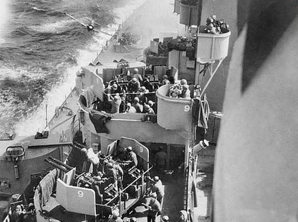Japoński Zero krótko przed uderzeniem w kadłub USS Missouri
