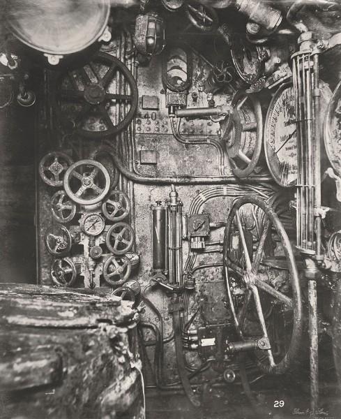 Przedział dowodzenia - widok na zawory sterujące zbiornikami balastowymi i wskaźniki zapasu paliwa (fot. Tyne & Wear Archives & Museums)