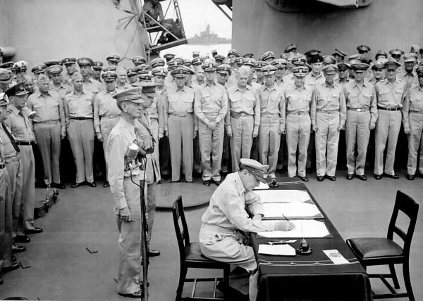 Generał Douglas MacArthur na pokładzie USS Missouri w trakcie podpisania aktu kapitulacji przez Japonię