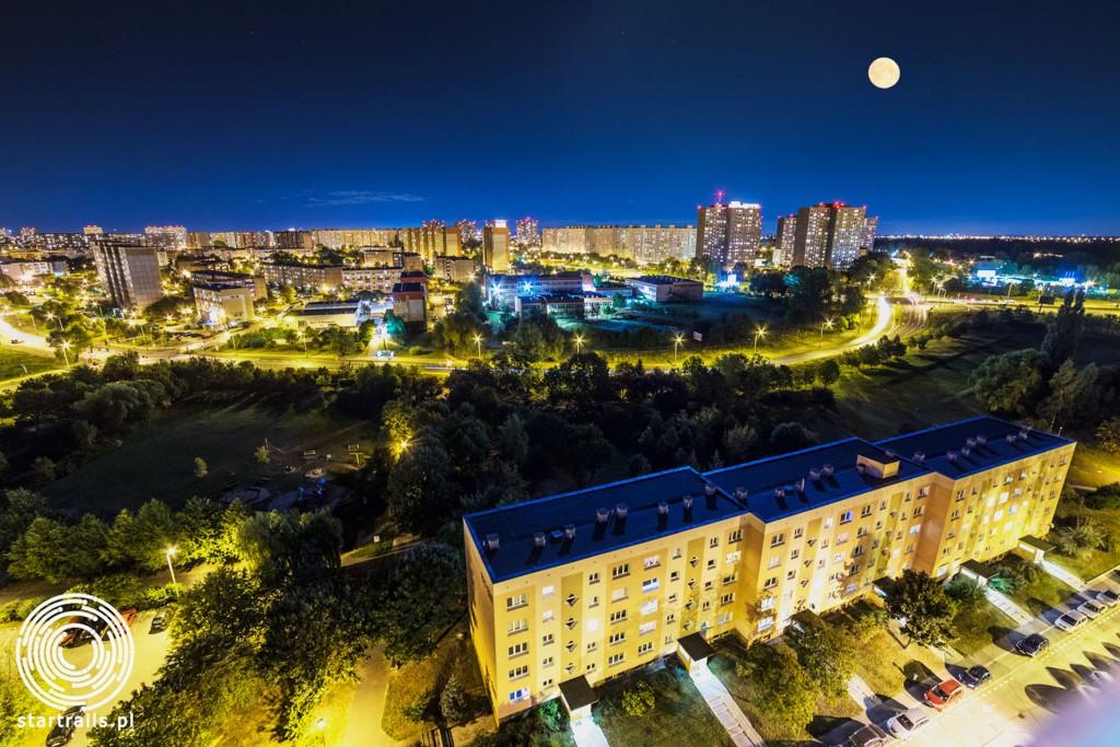 Super księżyc nad Poznaniem na tle Ratajów (fot. Startrails.pl)
