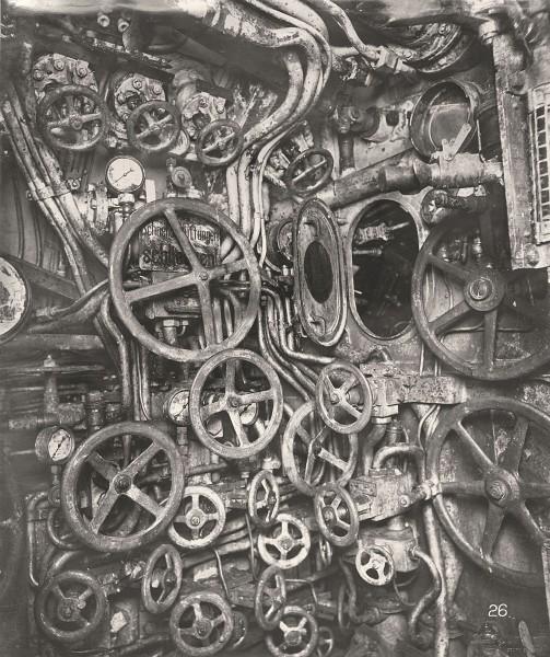 Przedział dowodzenia - widok na zawory sterujące zbiornikami balastowymi i mały otwór pozwalający na dostęp do peryskopu (fot. Tyne & Wear Archives & Museums)