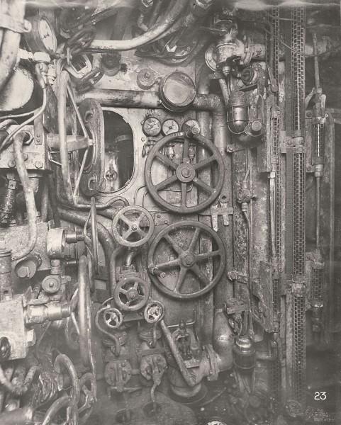 Przedział dowodzenia - widok na system wysuwania peryskopu i mały otwór pozwalający na dostęp do szybu w którym znajdował się peryskop (fot. Tyne & Wear Archives & Museums)