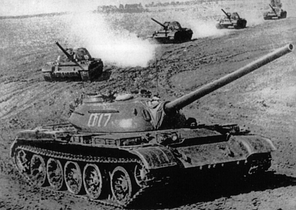 T-54 w trakcie manewrów po wojnie - czołgi te były bezpośrednim rozwinięciem T-44
