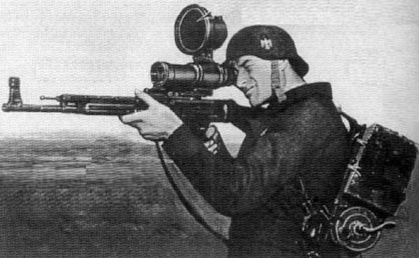 Niemiecki żołnierz celownikiem ZG 1229 Vampir