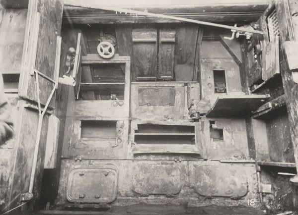 Przedział załogi - mesa, kilka schowków i włazy inspekcyjne przedziału akumulatorów (fot. Tyne & Wear Archives & Museums)