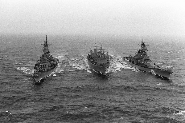 Okręt zaopatrzeniowy USS Sacramento oraz pancerniki USS Missouri i USS Wisconsin podczas operacji Pustynna Burza