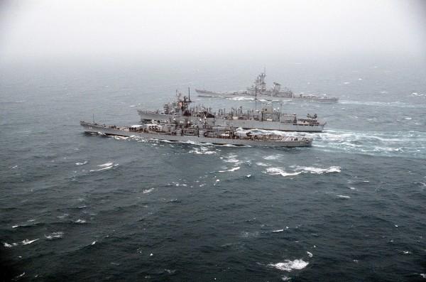 USS Wisconsin i USS Missouri pobierające zaopatrzenie z USS Sacramento w trakcie Operacji Pustynna Burza