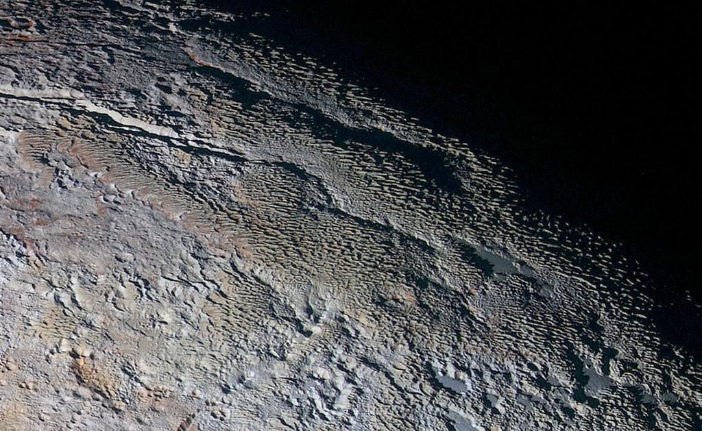 Powierzchnia Plutona z bliska (fot. NASA)