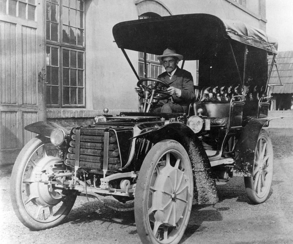 Ferdinand Porsche w swoim automobilu Mixte w 1903 roku