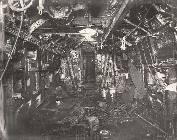Przedział torpedowy - widok w kierunku przedziału dowodzenia (fot. Tyne & Wear Archives & Museums)