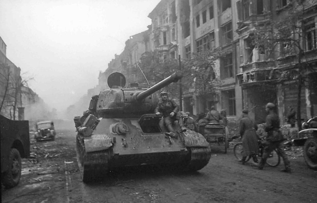T-34/85 podczas walk w jakimś niemieckim mieście