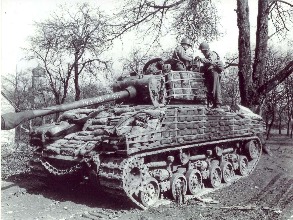 Słaby pancerz Shermana sprawiał, że załogi sięgały po różne metody jego wzmocnienia. Standardem były więc dodatkowe gąsienice i worki z piaskiem