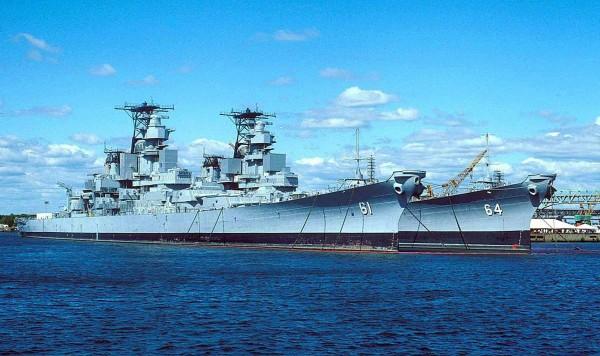 Pancerniki USS Iowa i USS Wisconsin w rezerwie