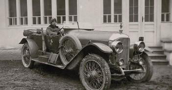 Pierwsze prawa jazdy nie były obowiązkowe, z czasem ilość samochodów zaczęła tak wzrastać, że potrzebne było uregulowanie kwestii ich wykorzystania na drogach