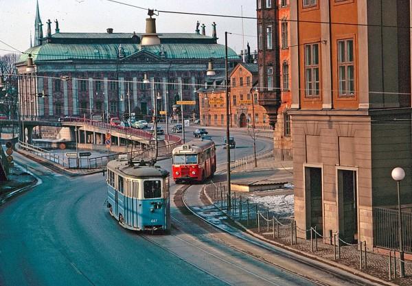 Tramwaje i autobusy w Sztokholmie w 1964 roku (fot. Stockholm Transport Museum)