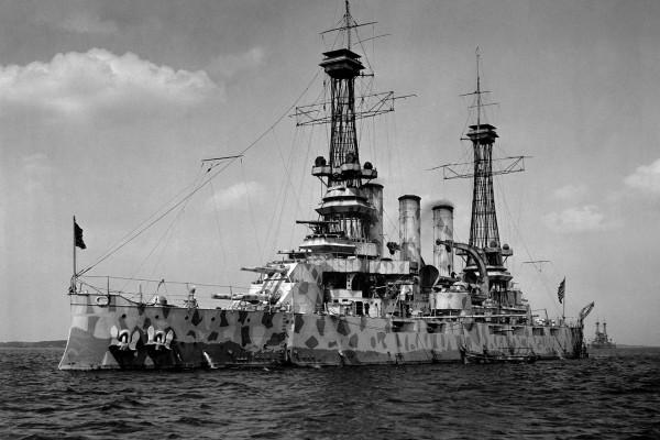 Pancernik USS New Jersey (BB-16) w kamuflażu rozpraszającym - w tym przypadku zastosowano różne plamy utworzone z figur geometrycznych